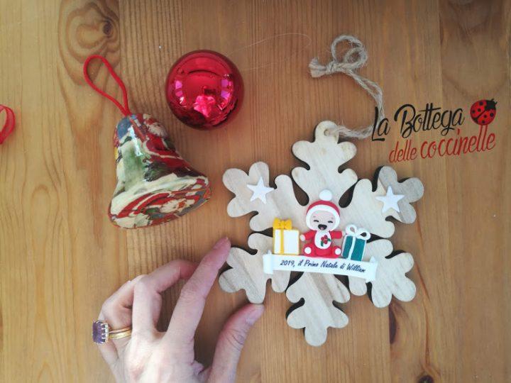 """decorazione """"il mio primo Natale"""", fiocco di neve in legno con decorazione in fimo"""