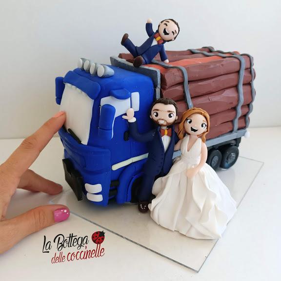 cake topper sposi con Camion trasporta-legna sposi 12 cm base piu di 16 cm